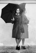 Žena čeká na setkání. Surrealistická koláž