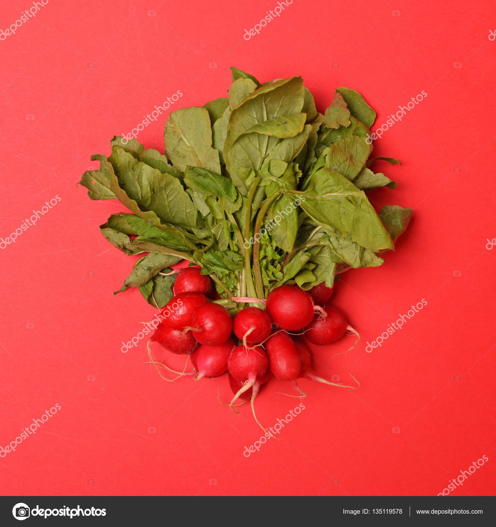frisches Gemüse auf rotem Hintergrund - trendige minimal Wohnung ...