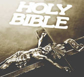 Cross och slutna Bibeln