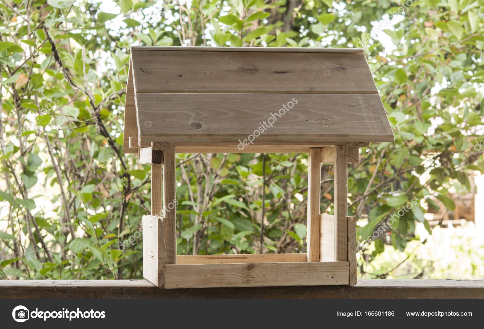 mangeoire oiseau fait maison en bois ventana blog. Black Bedroom Furniture Sets. Home Design Ideas
