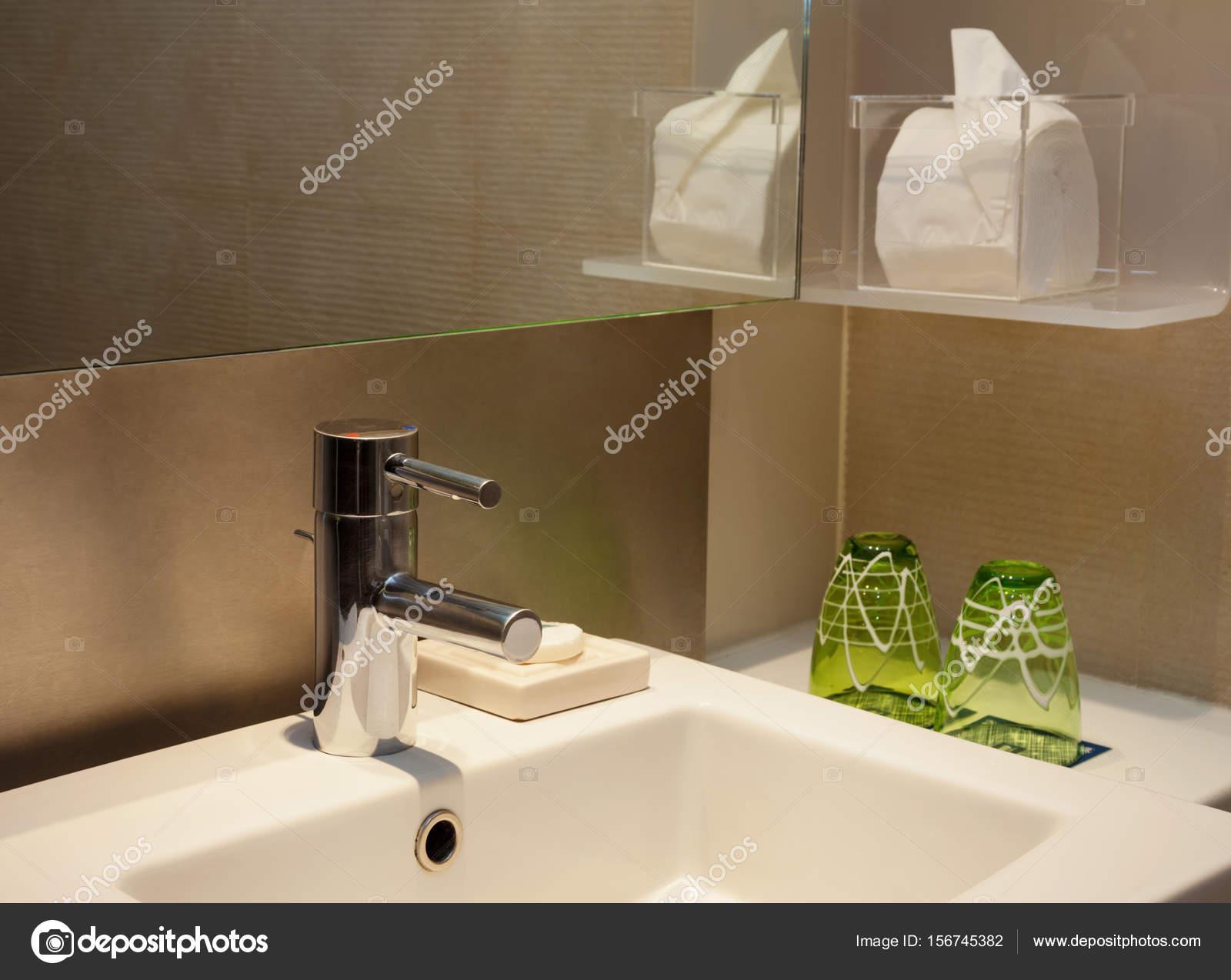 Moderne Toilette Wasserhahn mit Spiegel und braunen Fliesen ...
