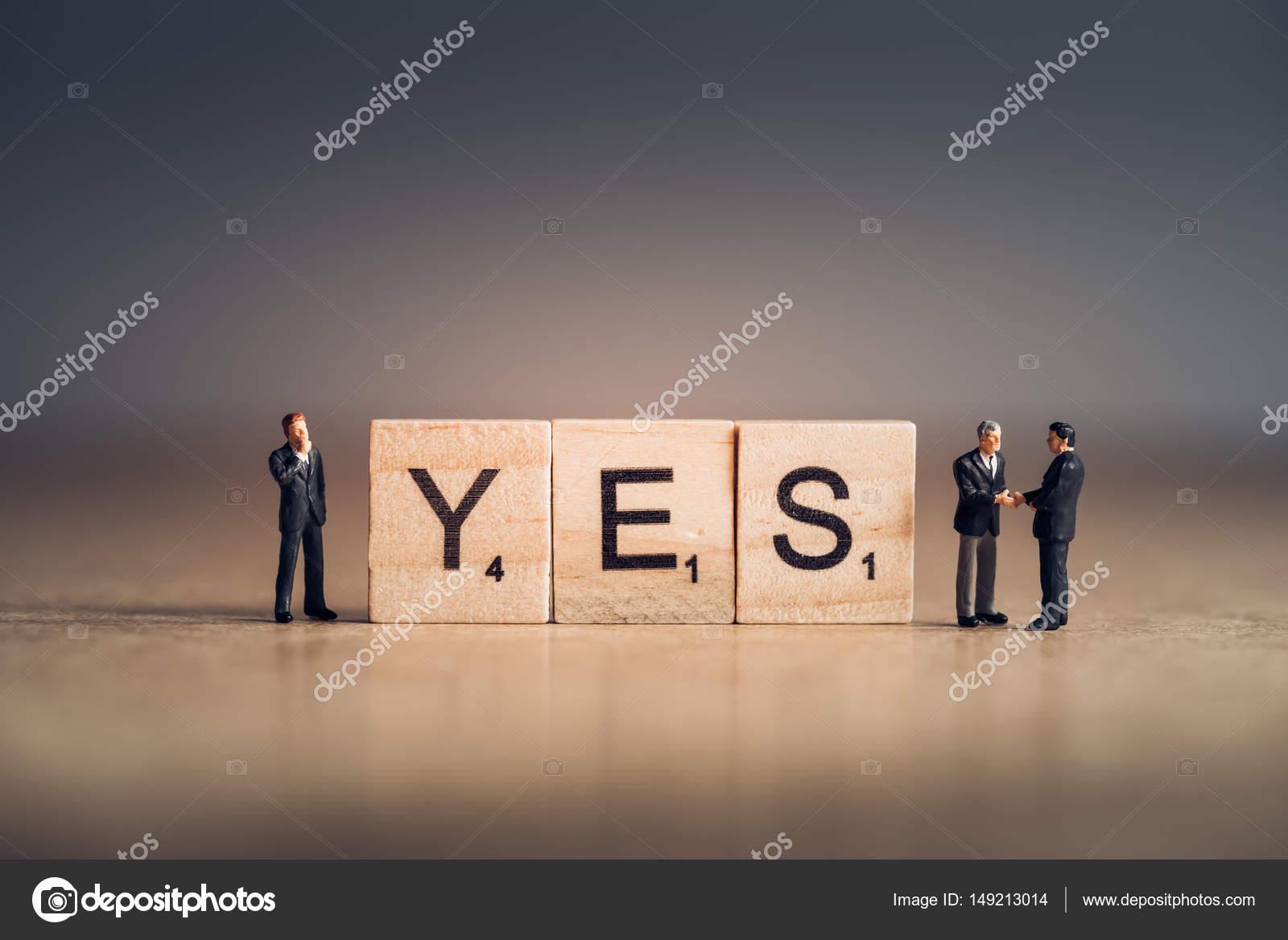 Mattonelle di legno con ortografia di lettere la parola sì