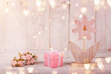 Sevgililer Günü, Anneler ya da Kadınlar Günü için çiçek kompozisyonu. Eski beyaz ahşap arka planda pembe çiçekler.