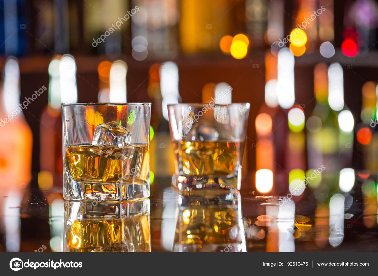 Whisky trinkt auf Bartheke — Stockfoto © Kesu01 #192610476