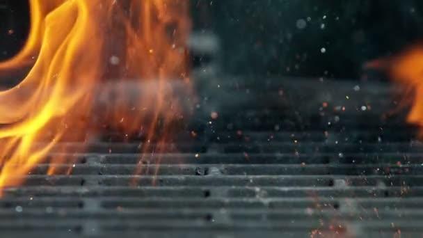 Gusseisernes Gitter mit Feuerflammen und Funkeln, Superzeitlupe