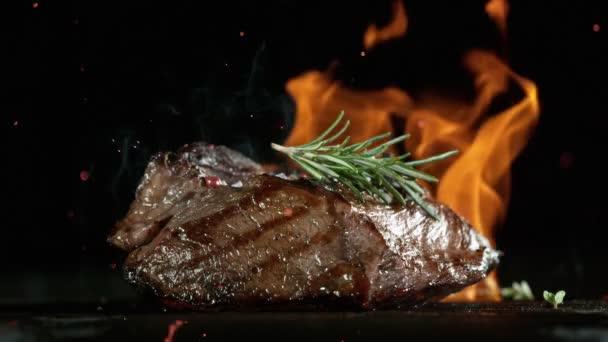 Detailní záběr padajícího chutného hovězího steaku, zpomalený film.