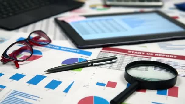 Účetní pracoviště s obchodní zpráva o Screentablet a dalších položek