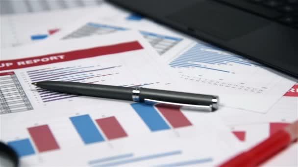 Office Desktop s obchodních položek, burze statistiky, pero, Kalkulačka a červené brýle
