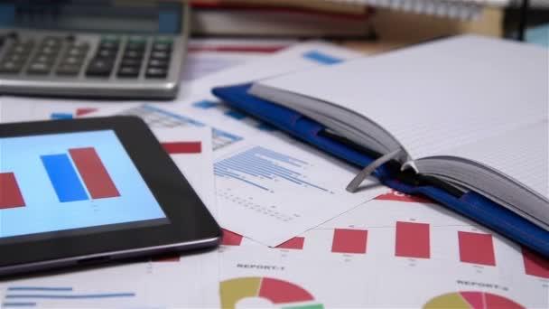 Office Desktop s finanční zprávou o Digitaal tabletovou obrazovkou