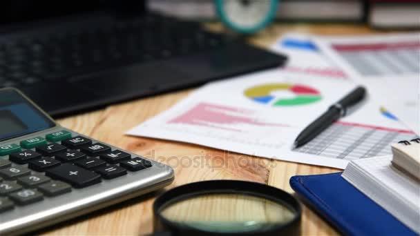 Office Desktop s obchodních položek, burze statistiky, pero, Kalkulačka a deník