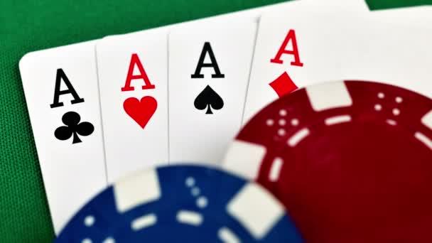quattro assi e chip di poker, primi piani