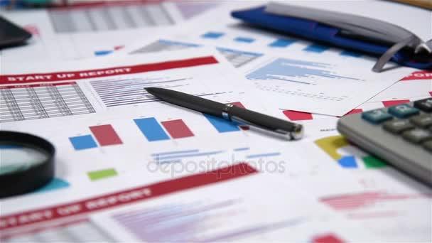 Burze statistiky, zvětšovací sklo, pera a finanční zpráva o stůl