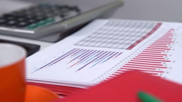 Účetní žena pracující s Kalkulačka a finanční dokumenty na obrazovce tabletu