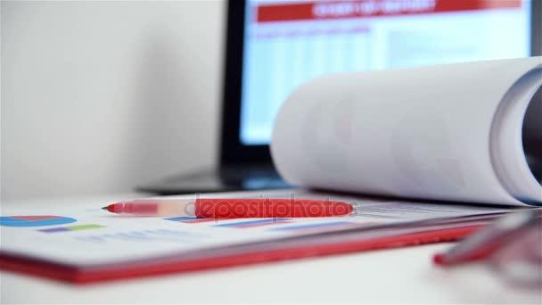 Office Desktop s obchodních položek, burze statistiky, schránky, pera a červené brýle