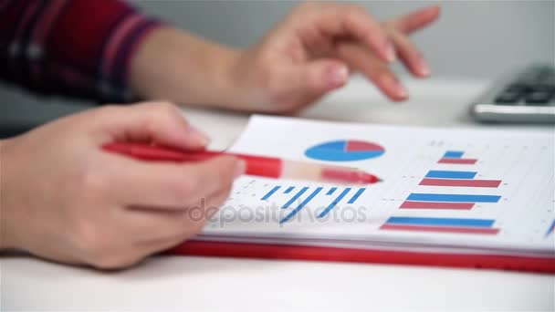 Obchodník žena pracující v kanceláři, kontroluje finanční zprávy, auditované spuštění sestavy. Efekt zpomaleného pohybu