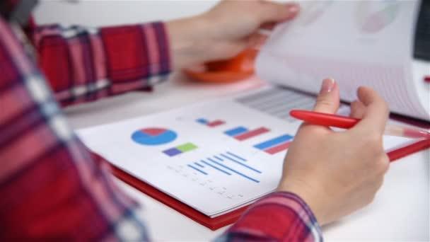 De Contable Estadísticas Mujer Las La Valores Comprobar Bolsa rqaPIwax