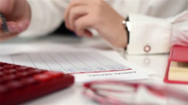Účetní muž doplní finanční statistiky. Koncept papírování