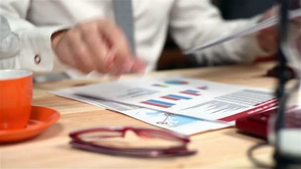 Podnikatel shromažďuje dokumenty a finanční zpráva o stůl