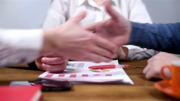 Dva podnikatelé potřesení rukou. Metoda handshaking po dobrý obchod. Efekt zpomaleného pohybu