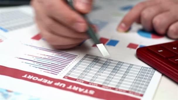 Podnikatel analyzuje burzovní statistiky