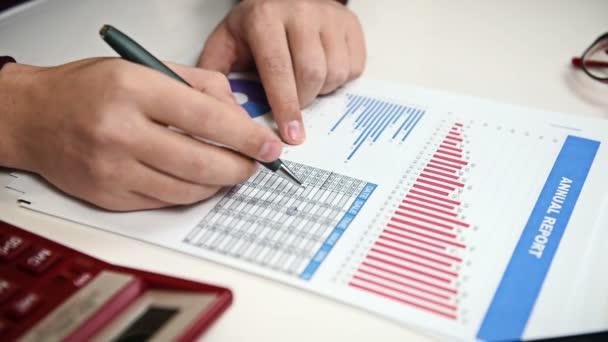 Podnikatel, výroční zprávy o sledování. Detailní záběr