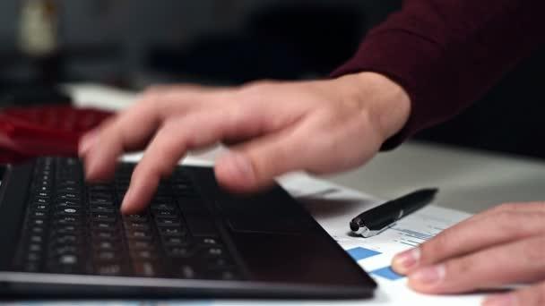 Obchodník, sledování zásob Statistika a finanční zpráva o Laptop