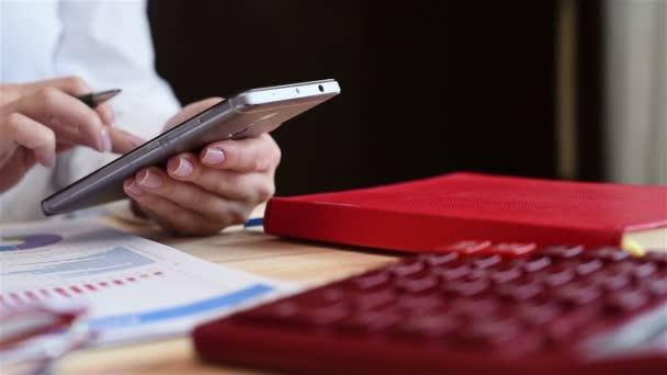 Podnikatelka, Online obchodování na mobilním telefonu. Efekt zpomaleného pohybu