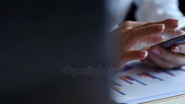 Žena používající mobilní telefon. Peníze obchodování na burze v grafu. Obchodní hospodářské koncepce