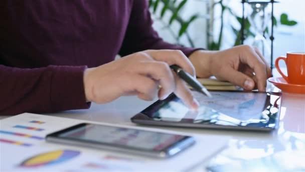Obchodník muž dotýká obrazovky digitální tabletu