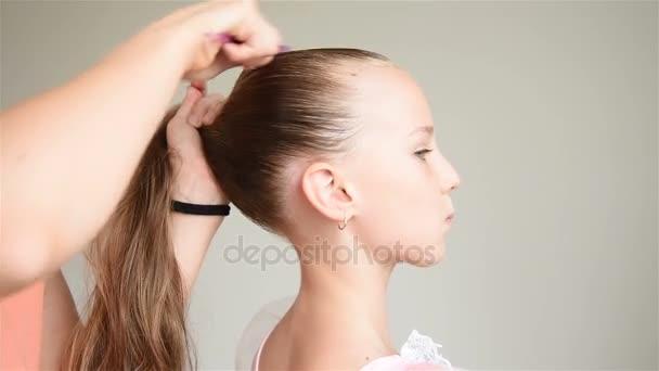 Assistent Ubernimmt Frisur Fur Eine Junge Ballerina Close Up