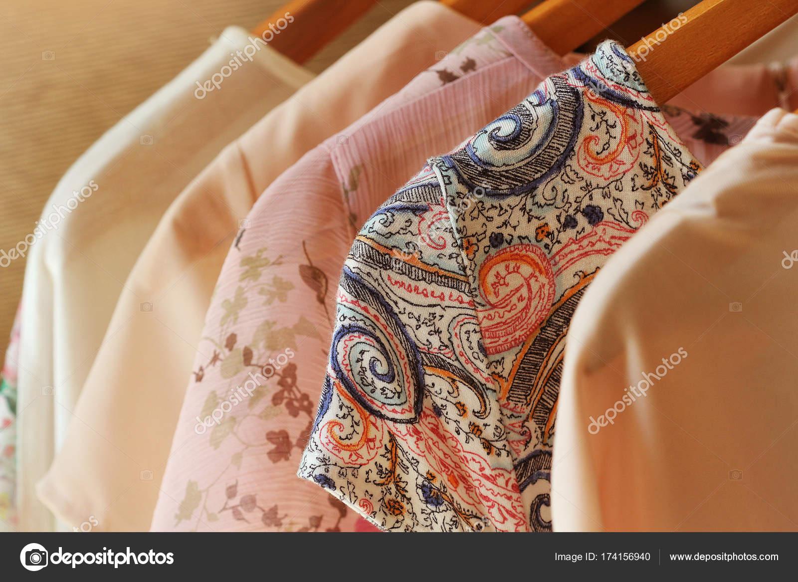 6b2e6d97d gyűjteménye női ruhák lógnak állvány eladó — Stock Fotó © vaivirga ...