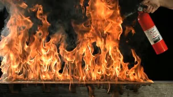 lassú mozgás tűzoltó készülék és a lángok
