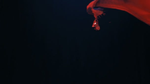 Zpomalený pohyb červenobílý nátěr drmolit