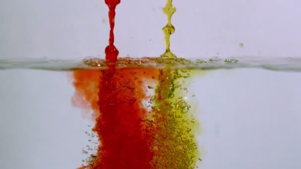 Zpomalený pohyb červené a žluté vody proudy