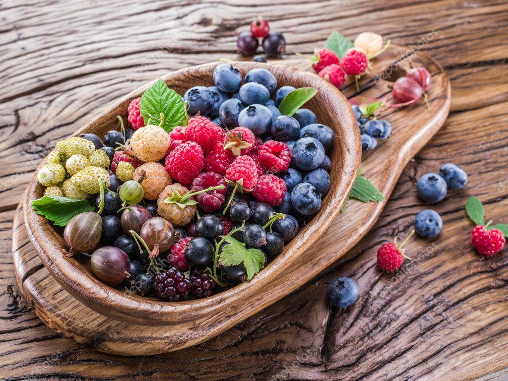 Dojrzałe jagody w drewniane miski. — Zdjęcie stockowe