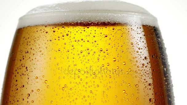 Nalít pivo do sklenice.
