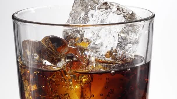 Cola im Glas gegossen. 4k-Video.