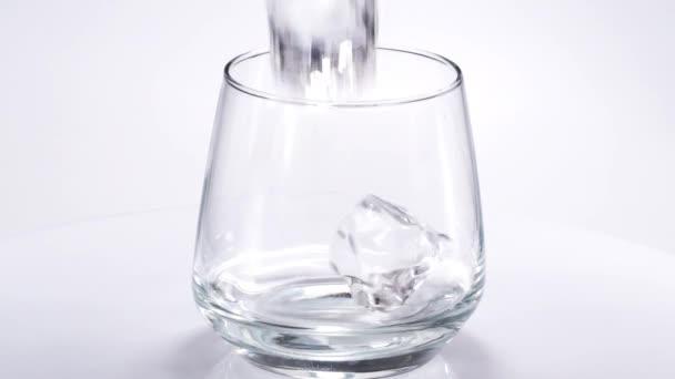 Whiskey töltött egy pohárba, jéggel. Lassú mozgás. 120fps