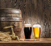 Fotografie Sklenice piva a piva barel na dřevěný stůl. Brewe řemesla