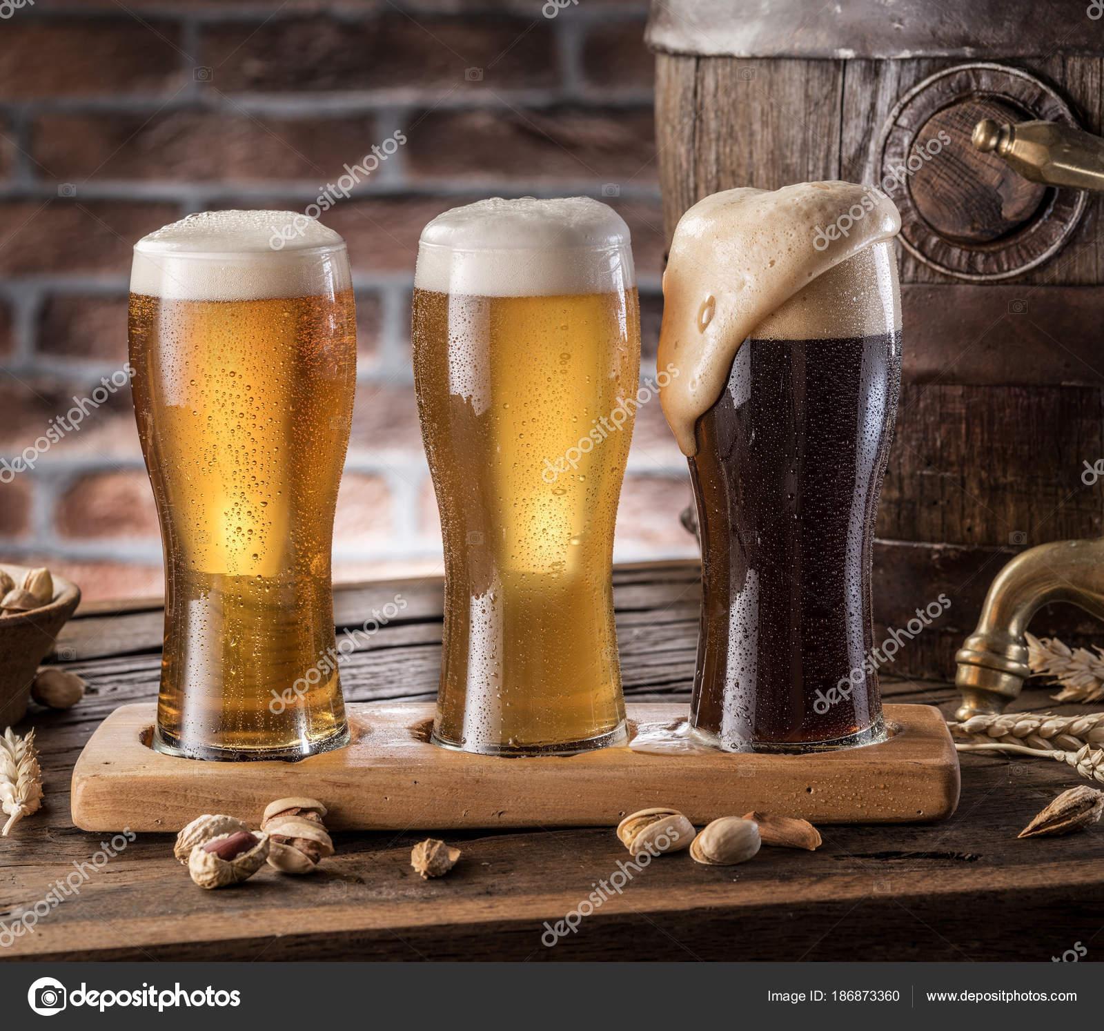 Bicchieri di birra e ale barile sulla tavola di legno for Bicchieri birra prezzi
