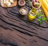 Fotografie Různé potraviny na dřevěný stůl. Pohled shora