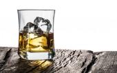 Whiskey üveg vagy üveg whiskyt a jeget az asztalon:
