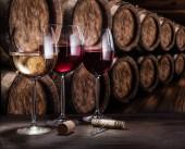 Fotografie Sklenice na víno na starý dřevěný stůl. Ochutnávkou na víno ce