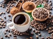 Fotografie Pražená zrnková káva, mletá káva a šálek kávy na dřevěné