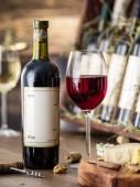 Sklenice vína a sýrů desky