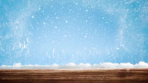 Zmrzlé okno se vzorkem. Venku za oknem sněží na modrém pozadí. Krásné pozadí pro svátky Vánoce nebo Nový rok.