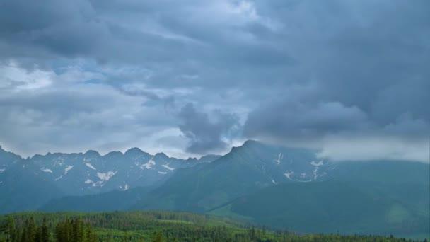 Time Lapse zoom 4k Video v pohoří rozsah Vysoké Tatry v Polsku s kumulativní mraky.
