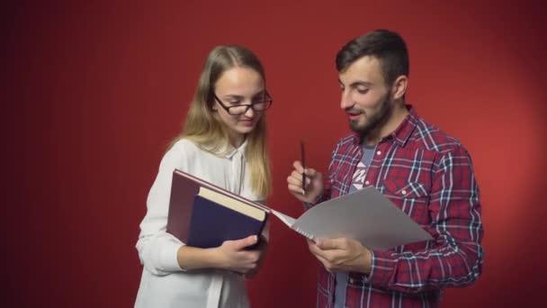 Dva studenti mají přátelské diskuse