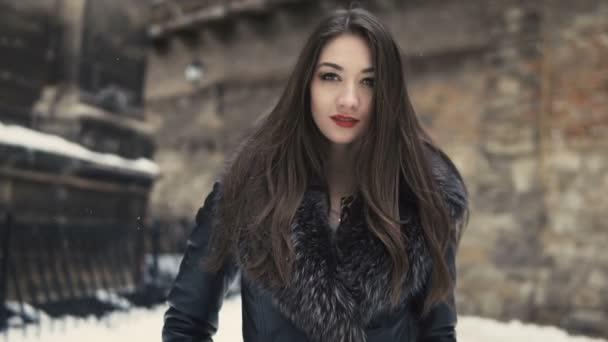 Krásná brunetka zasněžené procházky