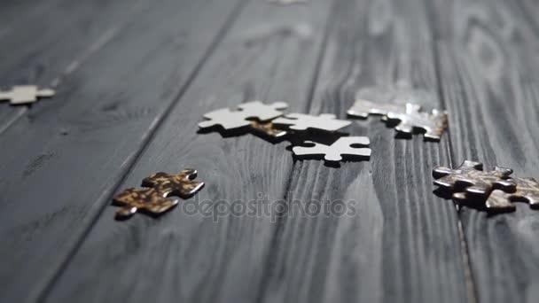 Klesající díly skládačky na modrý stůl